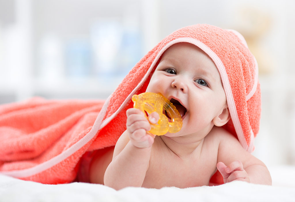 बाळाला दात येत असल्याची १३ लक्षणे