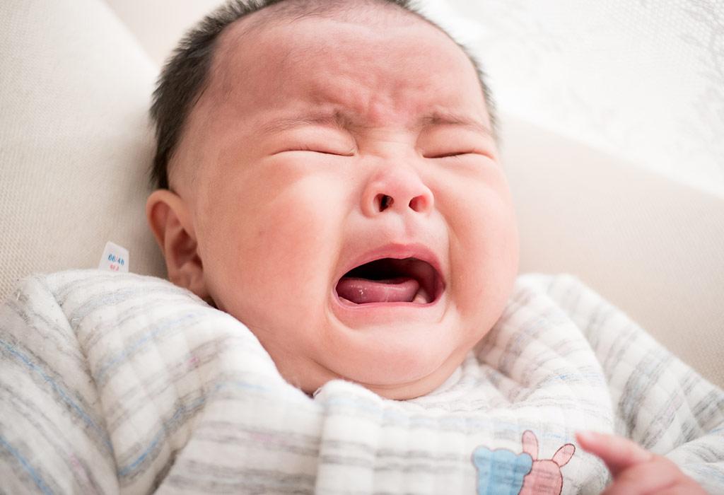 बाळांमध्ये दिसणारी गॅसची लक्षणे आणि चिन्हे