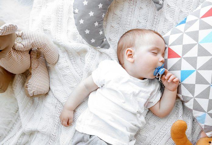 शिशुओं के लिए पैसिफायर: फायदे, नुकसान और टिप्स