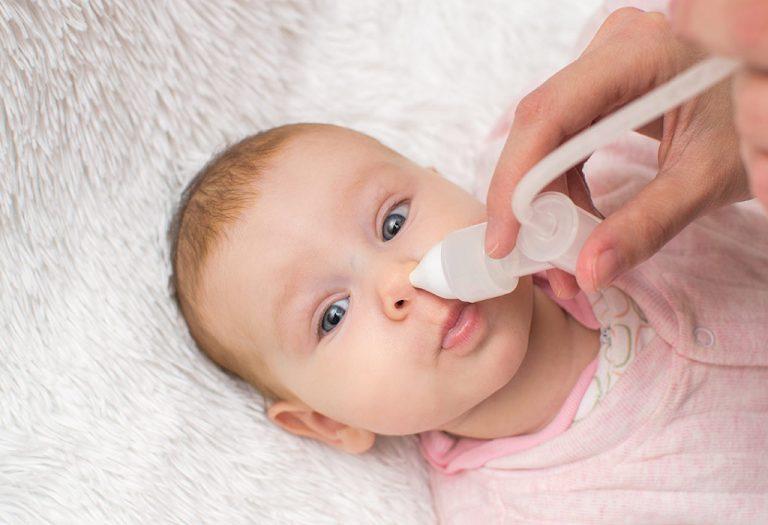 सलाइन नेज़ल स्प्रे का उपयोग करके शिशु के नाक की सफाई