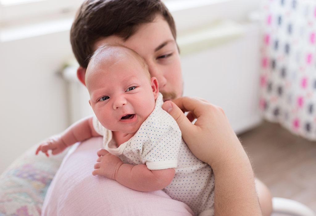 खाने या दूध पीने के बाद शिशु को डकार लेने में मदद करें