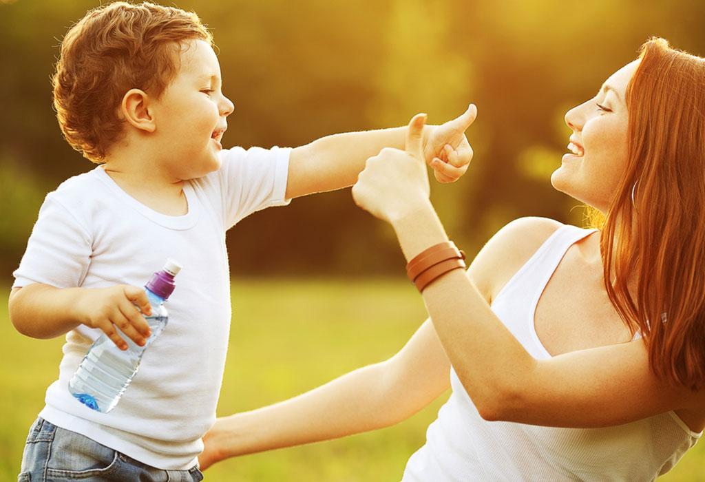 एक बच्चे को साइन लैंग्वेज सिखाना कब शुरू करें?