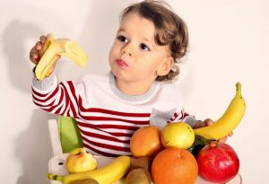 kid having fruits