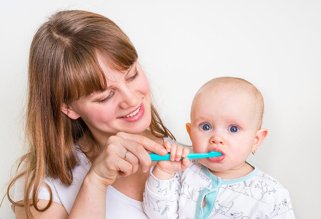बच्चे के दाँतों को ब्रश कैसे करें?