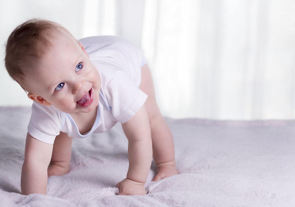 आप अपनी बच्ची को चलने में कैसे मदद कर सकती हैं?