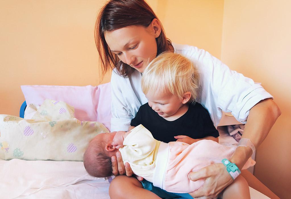 घर में नए भाई / बहन के लिए बड़े बच्चे को तैयार करने के सुझाव
