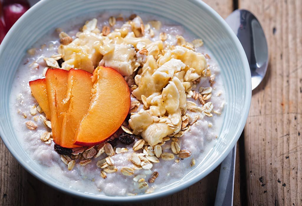 Oats with bananas and plums