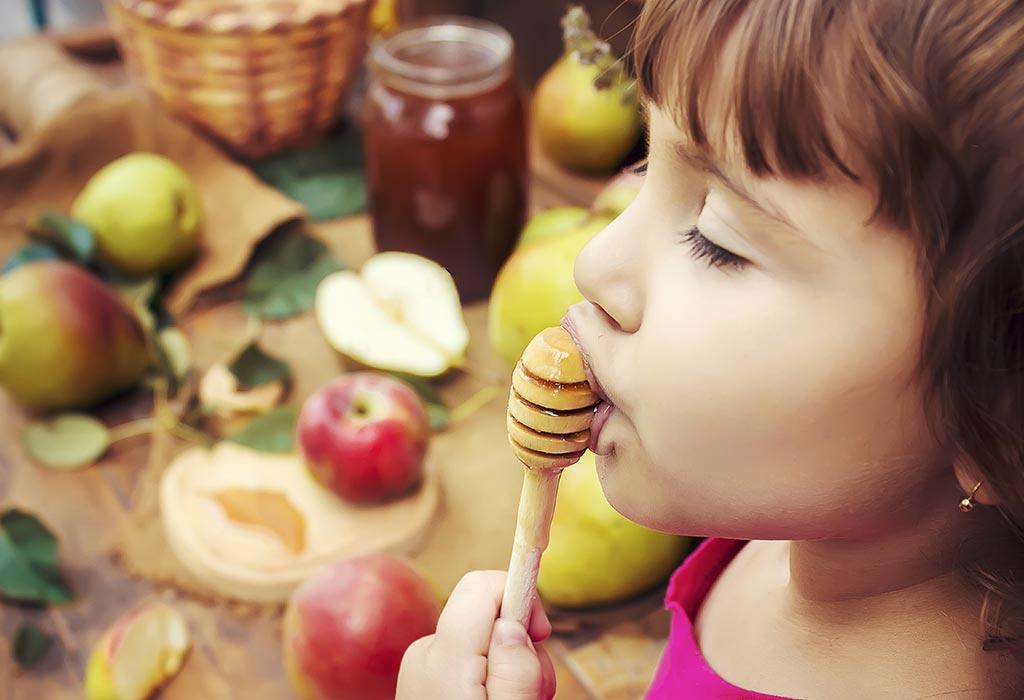 Khasiat madu untuk anak, antara lain meningkatkan sistem kekebalan tubuh, meredakan batuk dan pilek, dan menjaga kesehatan pencernaan.