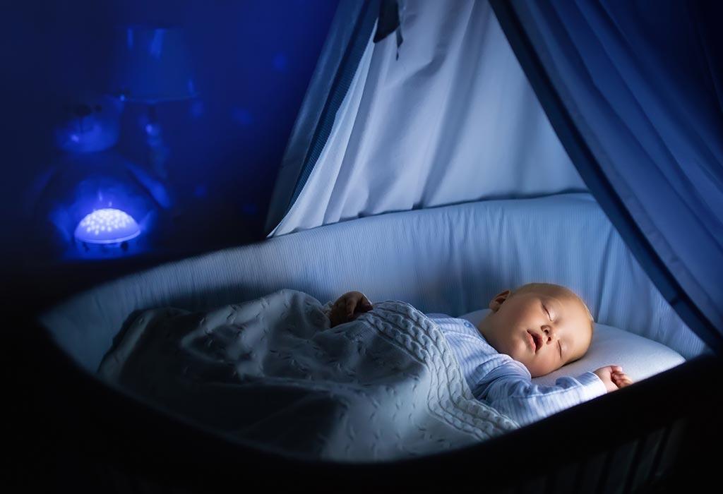 क्या सोते समय बच्चे की आँख खुली रहना बच्चे के लिए हानिकारक है?
