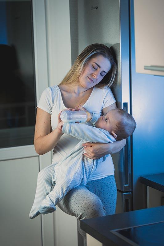 बच्चा रात में किसी भी समय स्तनपान करना चाहता है