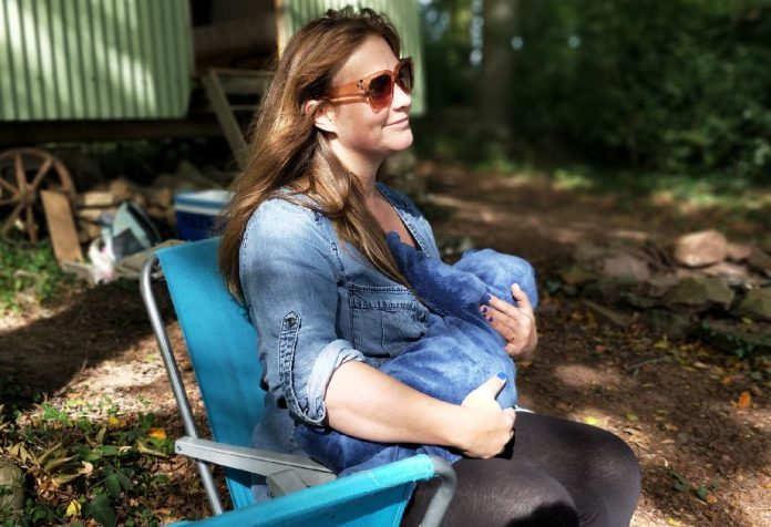 how to breastfeed your baby while travelling