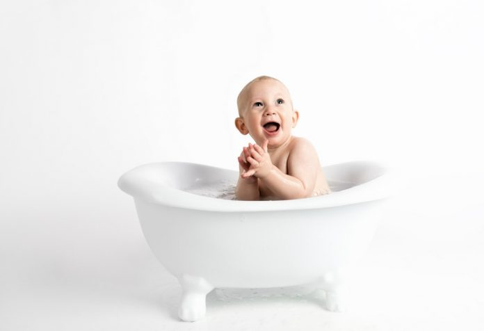 Sponge bath vs tub bath for your baby