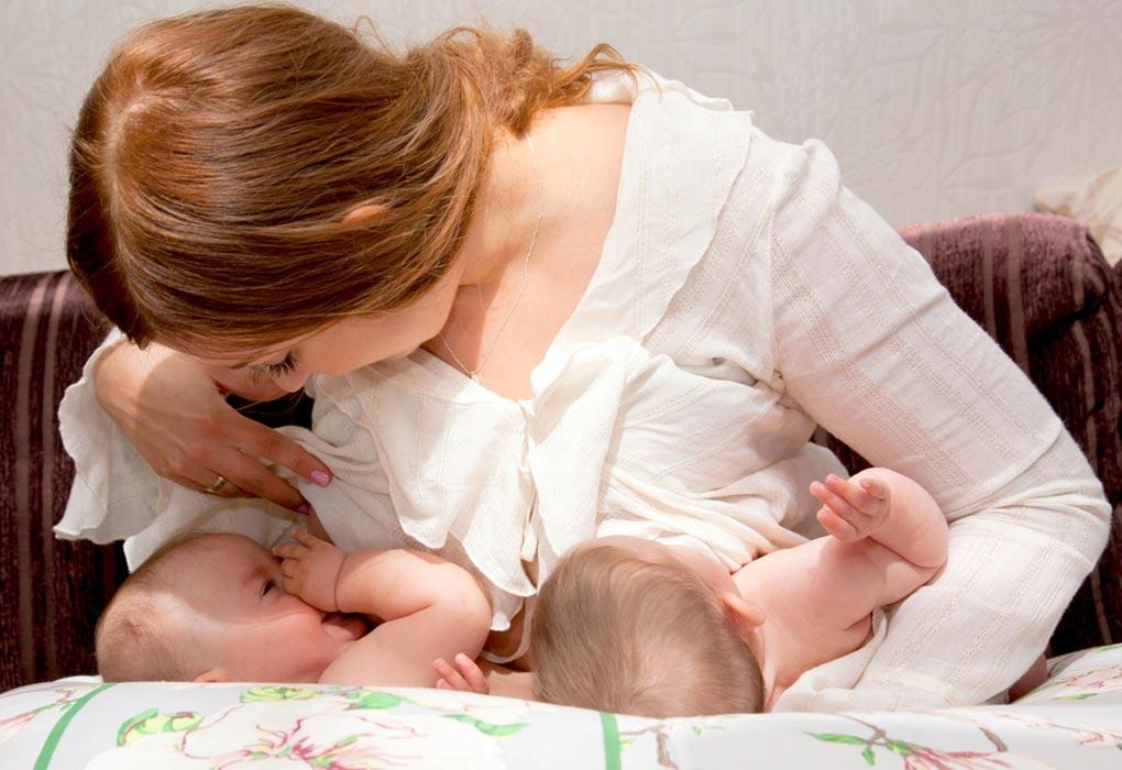 जुड़वां बच्चों की नर्सिंग पिलो
