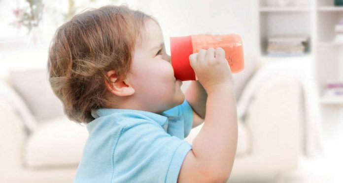 4 tips to teach your baby to drink from a cup perfectly