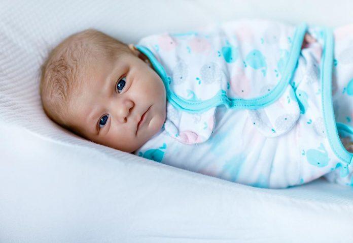छोटे बच्चों का नींद से लड़ना: कारण और बेबी को सुलाने के टिप्स