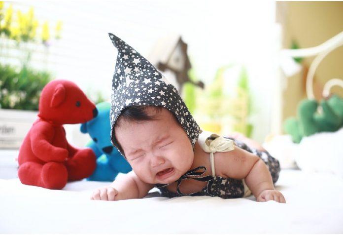 क्या शिशु को रोने देना ठीक है?