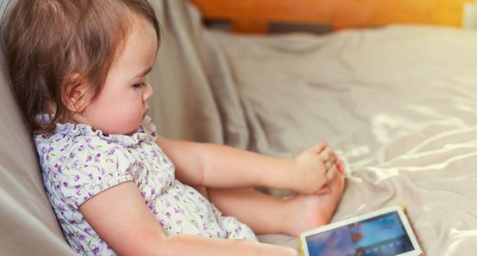 moms we need to remember these 8 precautions when our baby watches tv cartoons