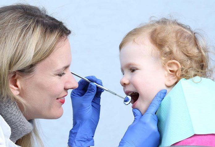 बच्चे को पहली बार डेंटिस्ट के पास कब ले जाएं