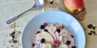 Oats porridge with apple