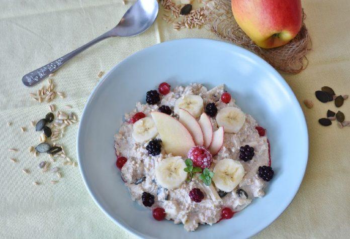 Oats porridge with apple