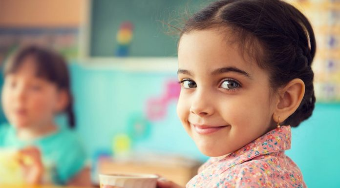 अगर आपके बच्चे भी पास से टीवी देखते है तो उनकी आँखों का चेकअप ज़रूर कराएं