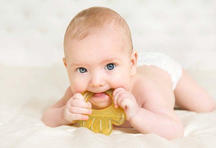 शिशुओं में दांत निकलने के दौरान उल्टियां - क्या यह सामान्य है?