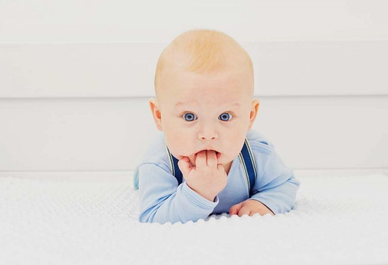 बाळाने तोंडात हात घालण्याची कारणे आणि उपाय