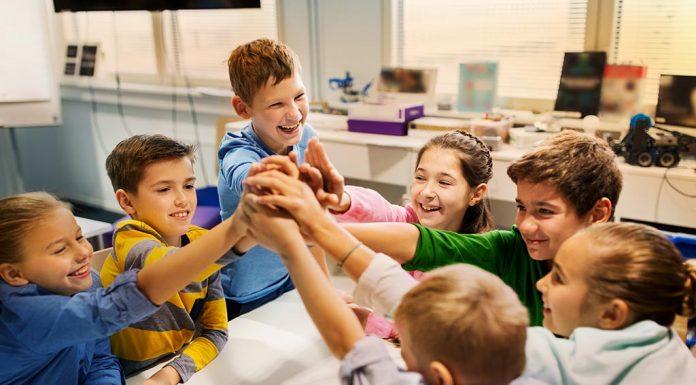 बच्चे गलतियाँ करके ही सीखते हैं, यह उनके बौद्धिक विकास में सहायक है