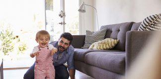 बाळाला चालण्यासाठी कशी मदत करावी? महत्वाचे टप्पे, काही खेळ आणि टिप्स