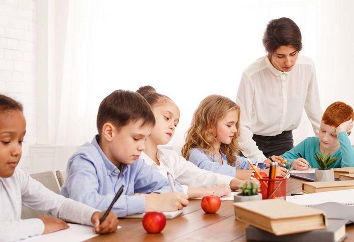 शिक्षा में भाषा के महत्व को पालकों द्वारा अपने बच्चों को बताना उनके नैतिक विकास में सहायक