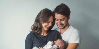 नवजात बाळाला योग्यरित्या कसे घ्यावे? (छायाचित्रांसहित)