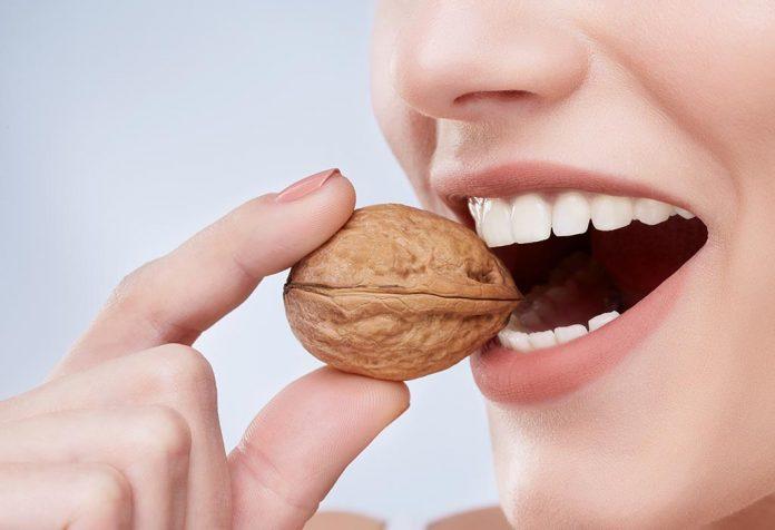 आपको मजबूत और हेल्दी दाँतों के लिए क्या खाना चाहिए