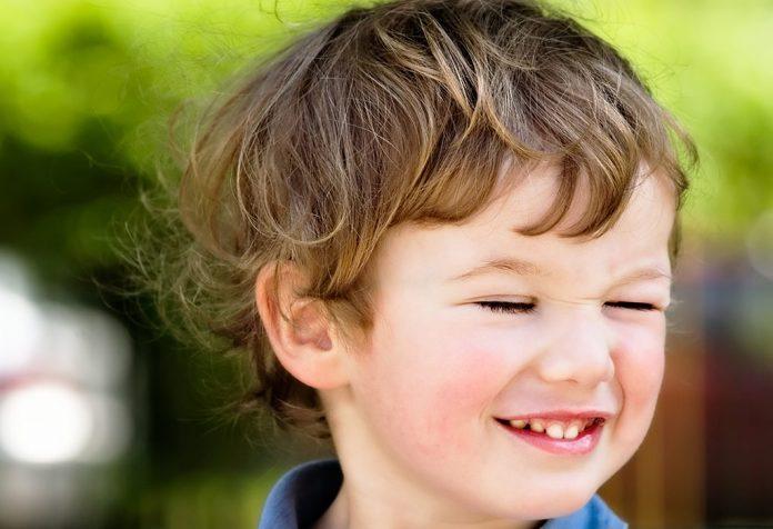 बच्चों का अत्यधिक पलकें झपकाना - कारण, उपचार और सुझाव