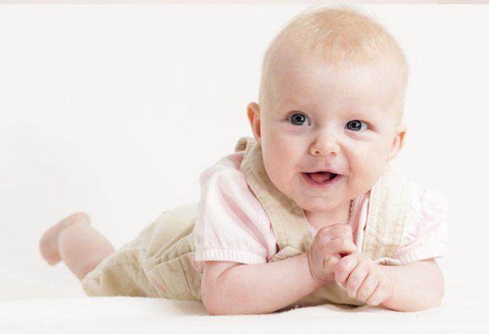 तुमच्या ४ महिन्यांच्या बाळाची वाढ आणि विकास