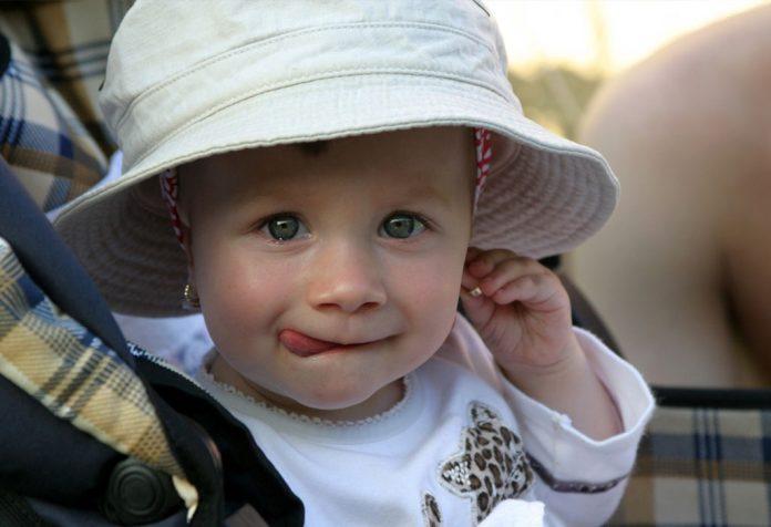 तुमच्या ११ महिन्यांच्या बाळाची वाढ आणि विकास