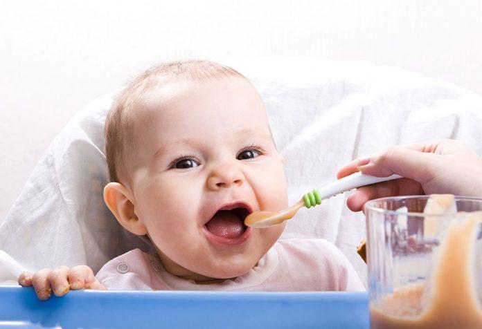 १ वर्षाच्या बाळासाठी आहाराची योजना: तुमच्या बाळाला काय खायला द्याल?