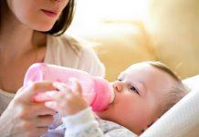 तुमच्या स्तनपान घेणाऱ्या बाळाला बाटलीने दूध देणे
