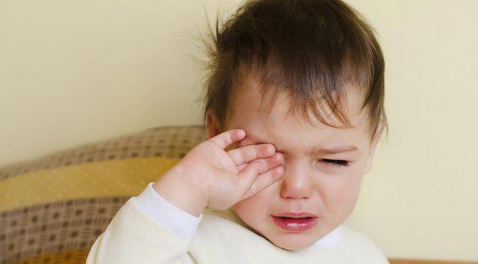 क्या करें अगर आपका बच्चा हर रोज रोते हुए जागता है?