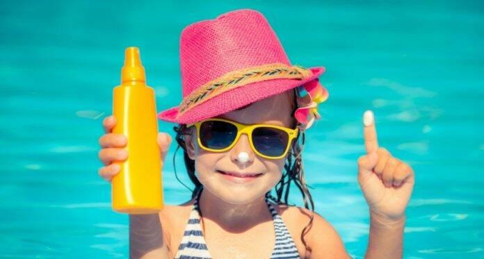 तुमच्या मुलाला नुकसान पोहचवू शकतील असे सनस्क्रीन मधील १० सामान्य घटक