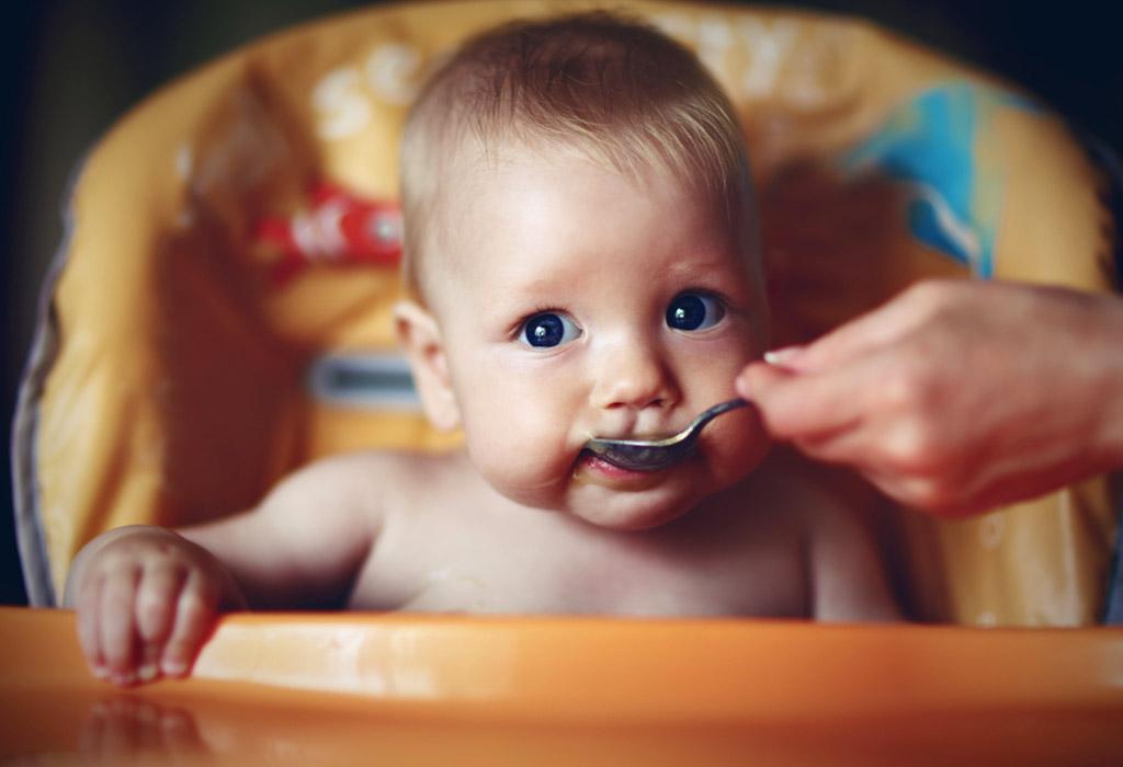 बाळाला सुरुवातीला तुम्ही कुठल्या घनपदार्थांची ओळख करून दिली पाहिजे?