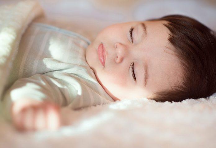 बाळाला झोपेत घाम येणे: कारणे आणि ते हाताळण्याविषयी काही टिप्स