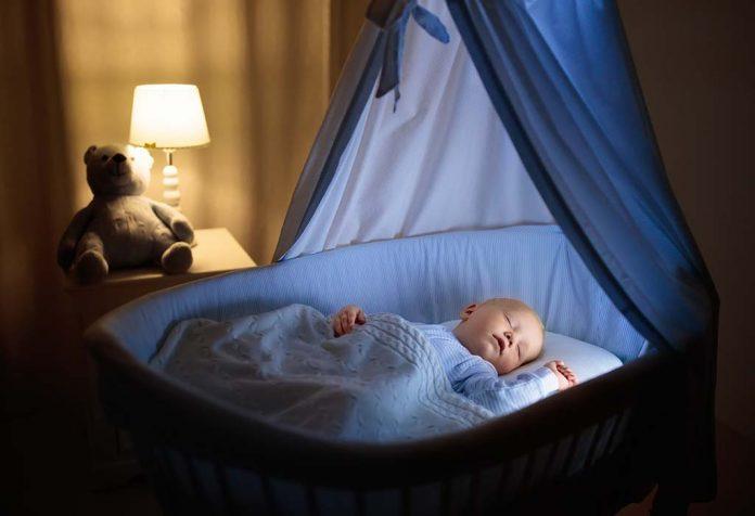 Ребенок комфортно спит в своей постели