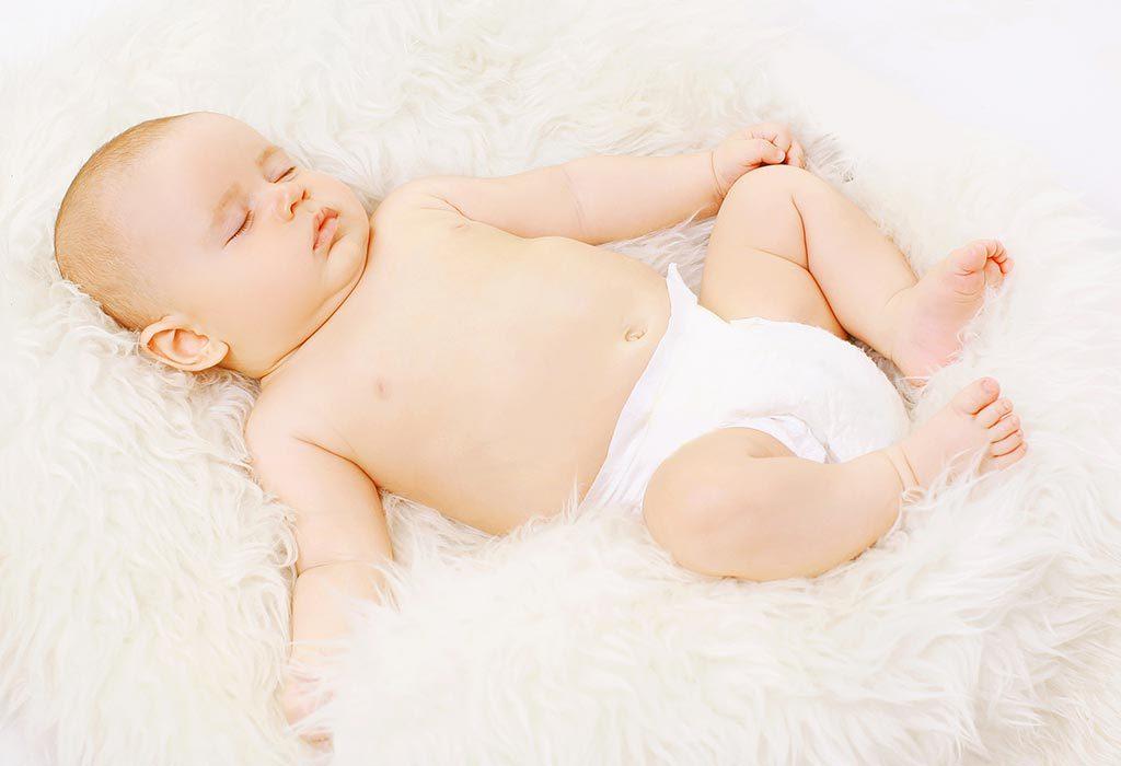 ребенок спит в подгузнике
