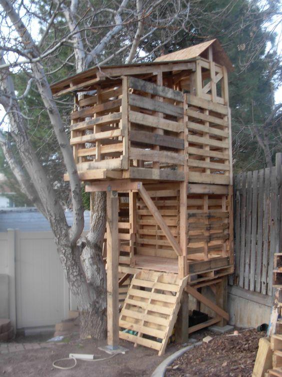 DIY Pallet Treehouse