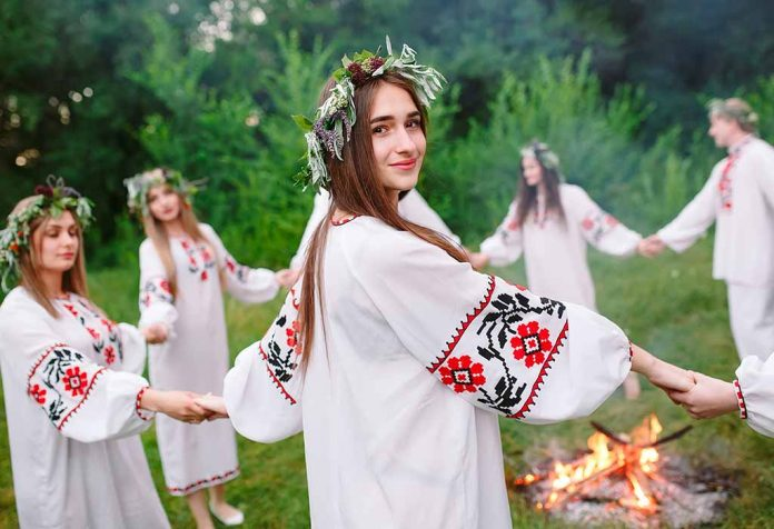 girls in Slavic clothes