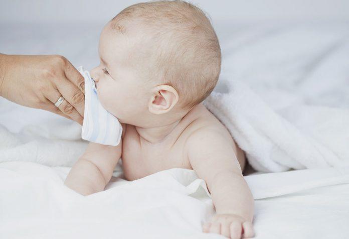 बाळांमधील ऍसिड रिफ्लक्सच्या समस्येवर १० नैसर्गिक उपाय