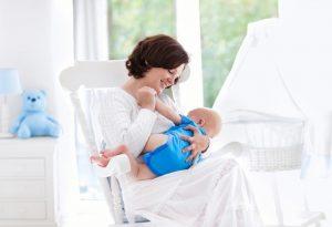 बाळाला हलत्या खुर्चीवर ठेवा