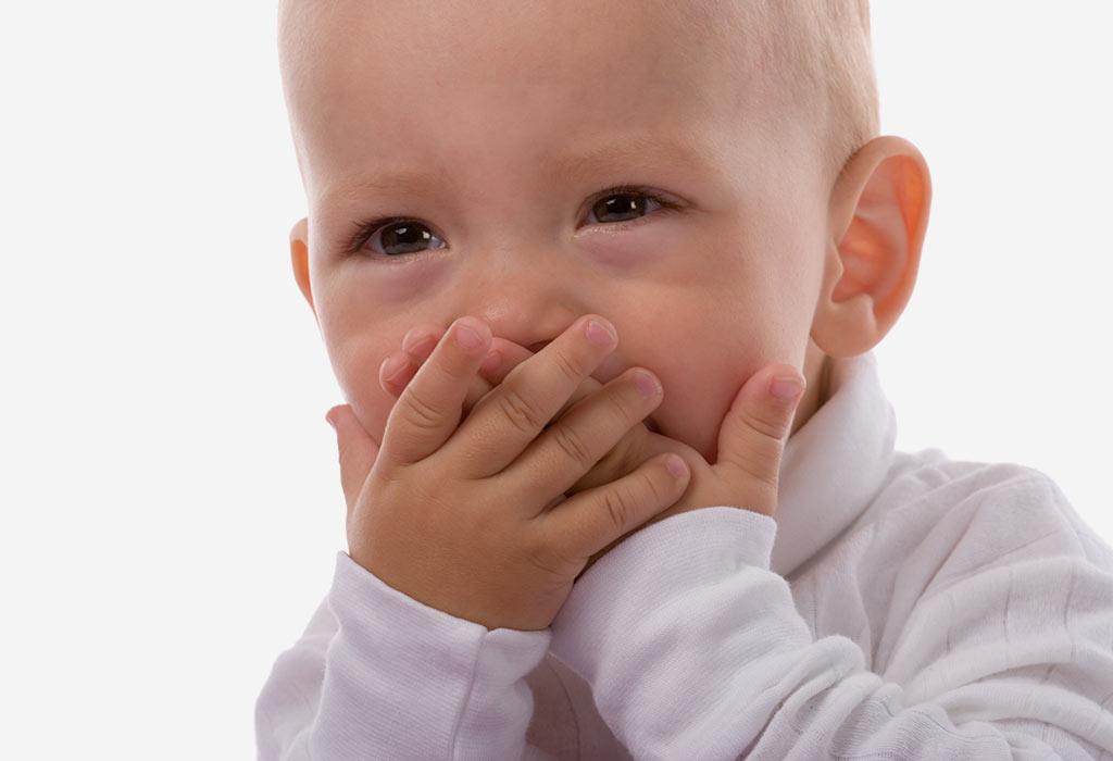 बाळाचे ओठ फुटणे: कारणे, लक्षणे आणि उपाय